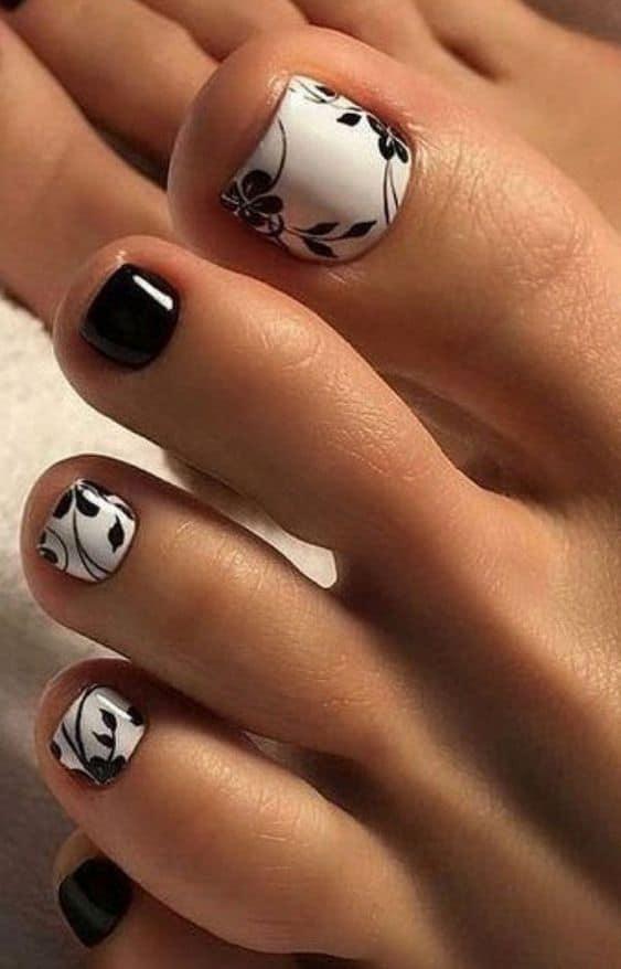 uñas florales blanco y el negro