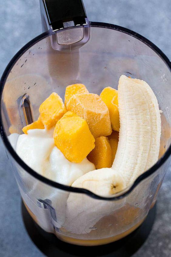 Smoothies de mango: 3 deliciosas recetas que ayudarán a mantenerte fit - Smoothie de mango con plátano