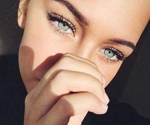 Errores que cometes al maquillar tus cejas y tips que luzcan perfecta - Usa un espejo con aumento