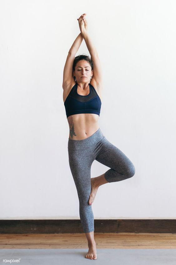 Posturas o asanas de yoga para marcar tu cuerpo y comenzar bien el día - Vrksasana o El árbol