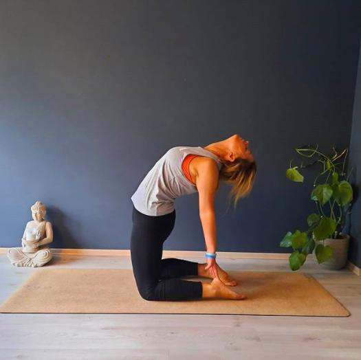 Posturas o asanas de yoga para marcar tu cuerpo y comenzar bien el día - Ustrasana (la pose del camello)