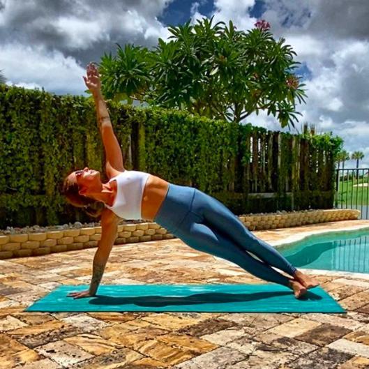 Posturas o asanas de yoga para marcar tu cuerpo y comenzar bien el día - Vasisthasana (pose de tablón lateral)