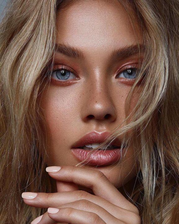 Consejos de maquillaje para que tus labios se vean más grandes - Sombra dorada