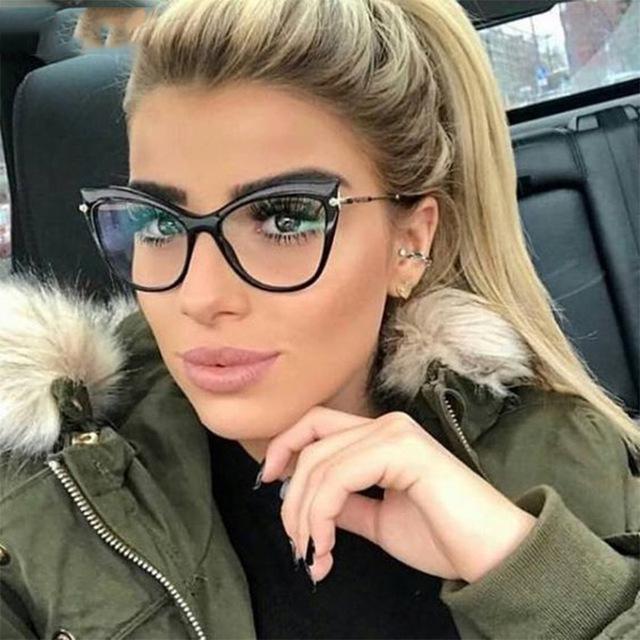 Tips de maquillaje para aquellas que usan lentes - Si los marcos son gruesos, adapta el delineador