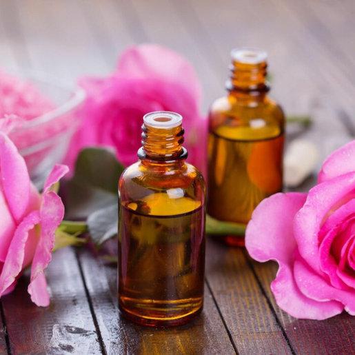 Los cinco mejores remedios caseros para atenuar las bolsas de los ojos - Aceite de almendras y rosas