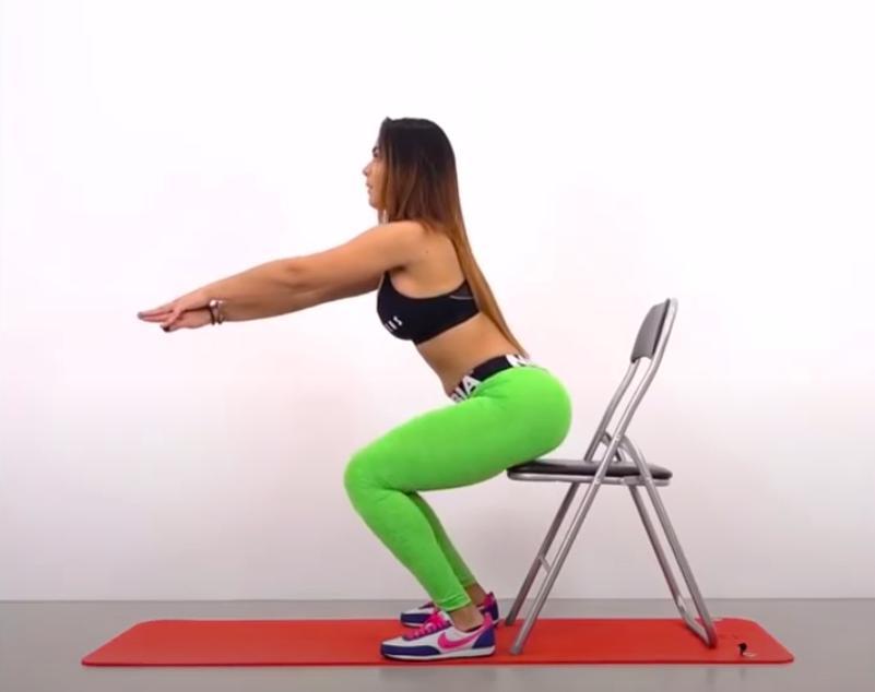 Ejercicios para tener unos glúteos perfectos -  Sentadillas en silla
