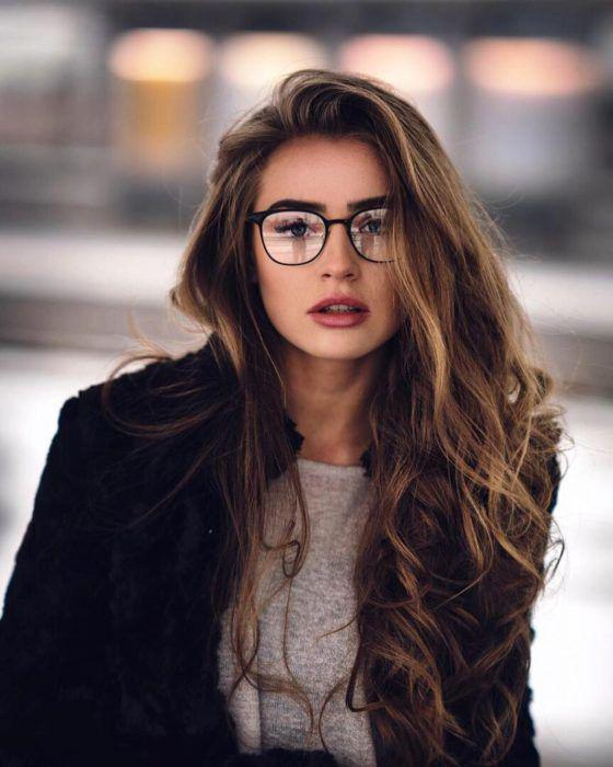 Tips de maquillaje para aquellas que usan lentes - Enchina tus pestañas y el delineador