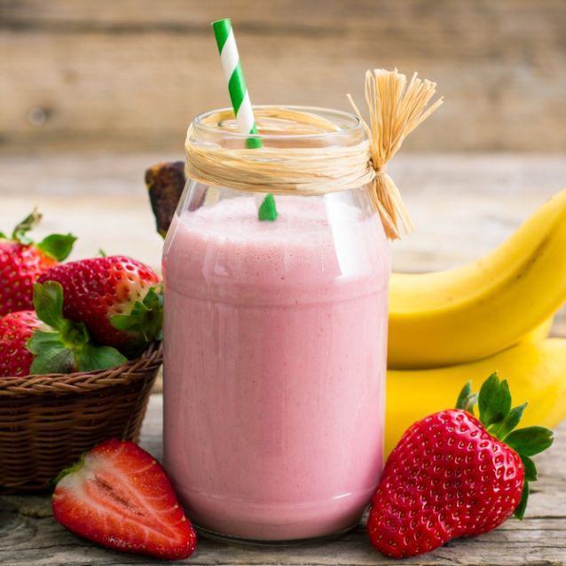 ¿Hambre en la noche? Estos licuados son la solución - Plátano y fresas