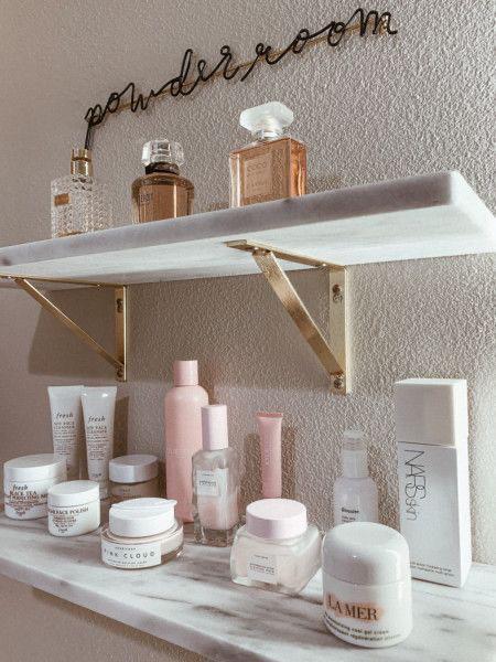 ideas de mueble para el baño que te encantarán - Repisas del mismo color o algo parecido
