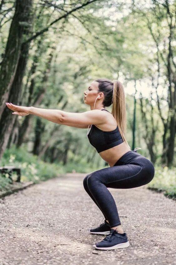 Rutina super efectiva para tonificar tus glúteos y piernas - Sentadillas con patada trasera