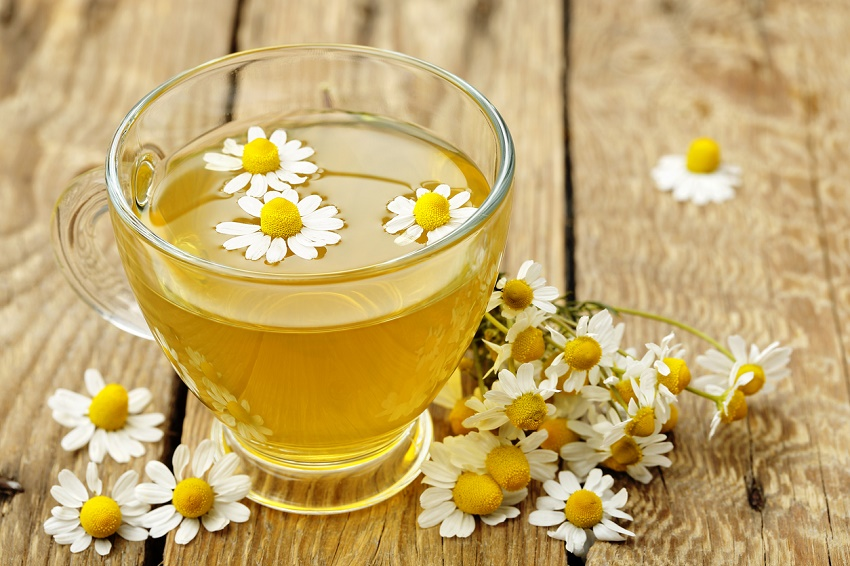 Los mejores remedios naturales para eliminar las ojeras - Té de manzanilla o té verde