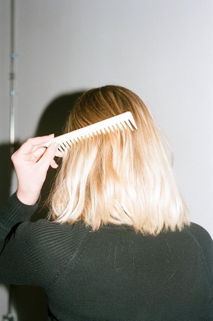 Tips para quitarle lo maltratado a tu cabello - Desenreda bien
