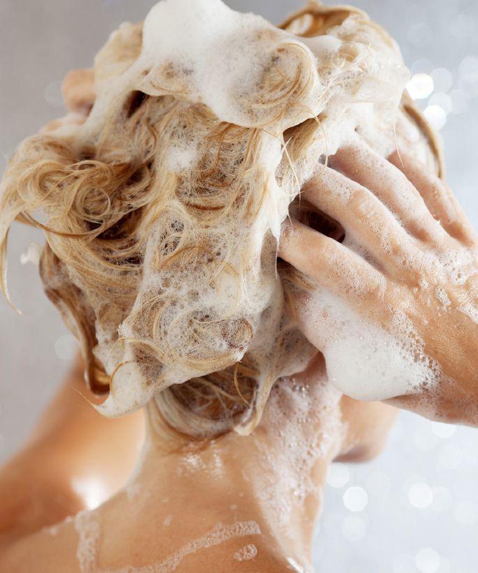 Tips para quitarle lo maltratado a tu cabello - Lavar y enjuagar