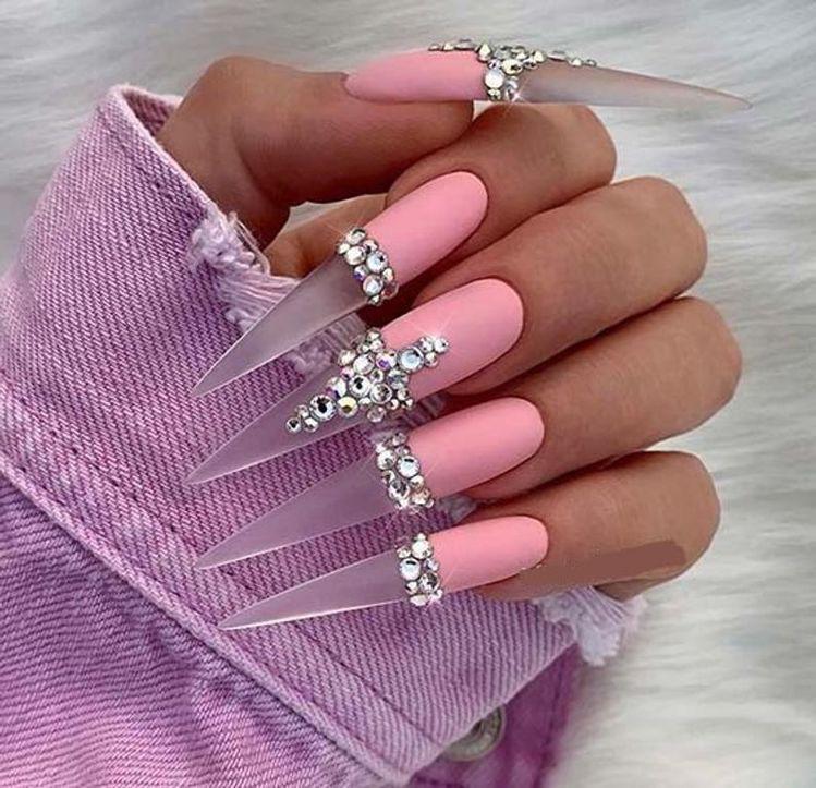 Diseños de uñas aesthetic que se te verán chulísimas - Swarovsky