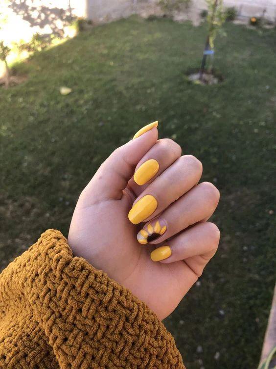 Ideas de uñas de girasol negras - En uñas cortas