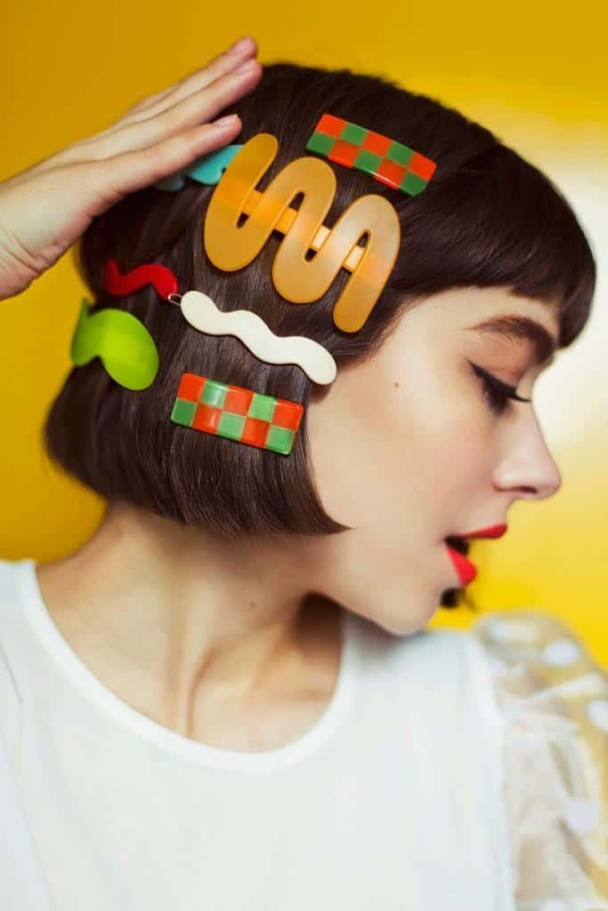 Peinados aesthetic para chicas con cabello corto - Broches de colores
