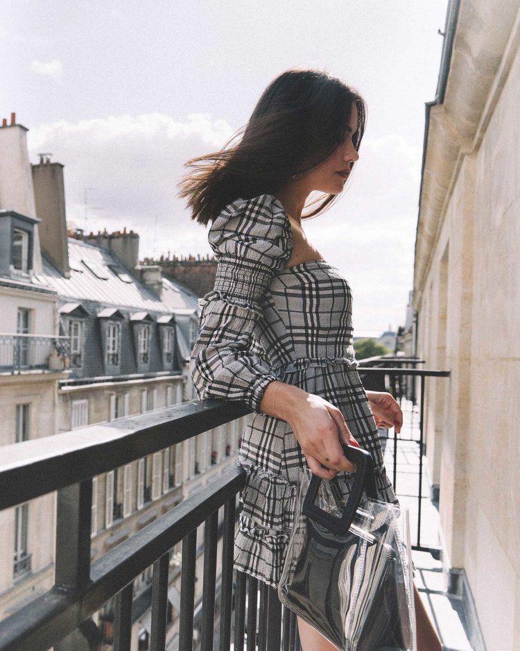 Poses de fotos que debes tomarte en un balcón - Casual así como que no me doy cuenta