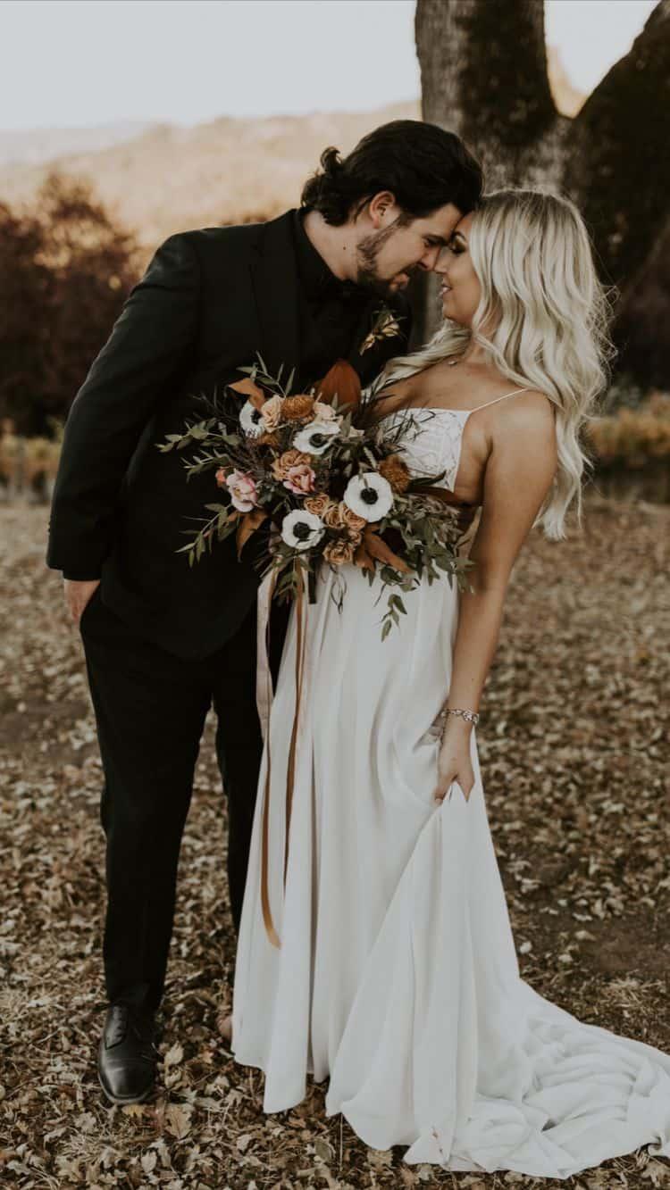 Ideas para fotos que debes intentar en tu boda - Pose romántica con ramo de flores